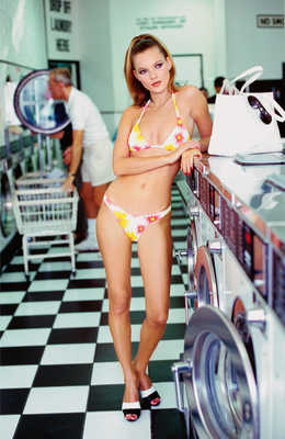 Kate at the Laundrette von Arthur Elgort