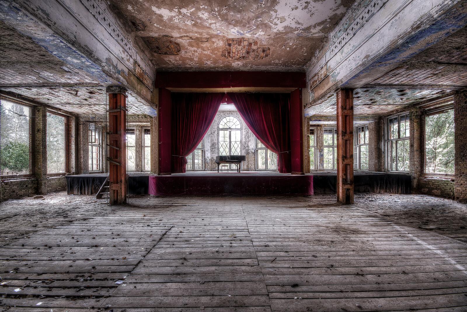 The Final Curtain - Roman & Anna Küffner