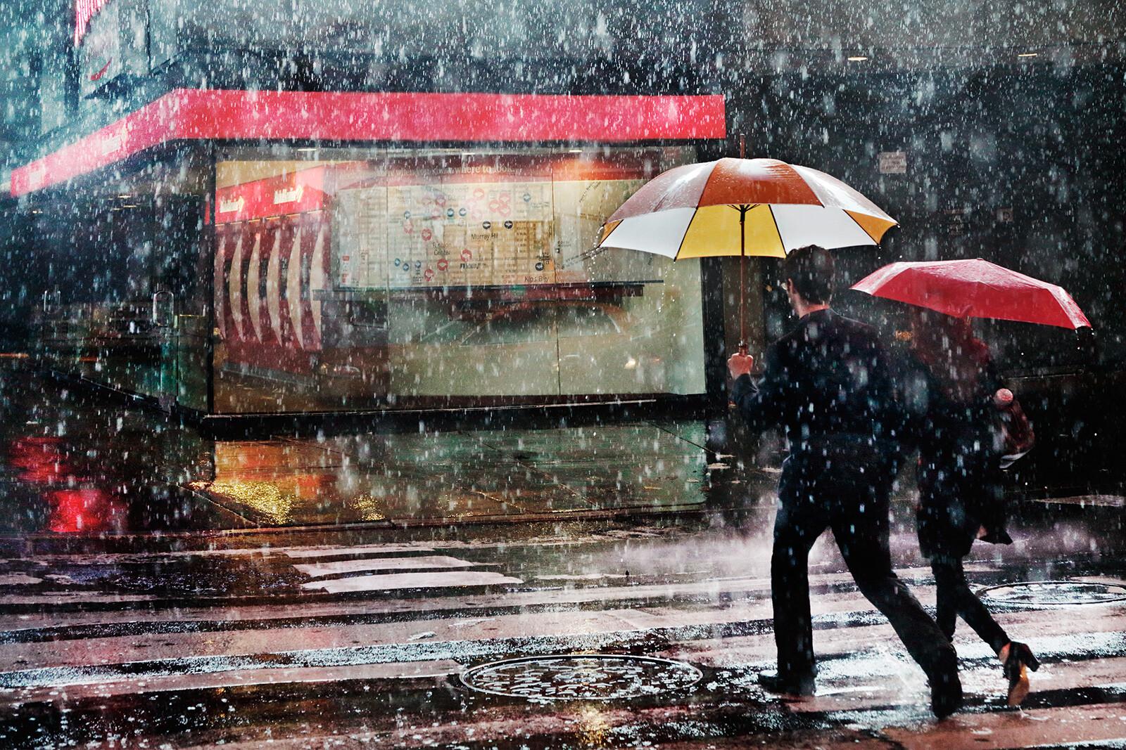 couple in the rain christophe jacrot tableaux photographie art photographique en ligne. Black Bedroom Furniture Sets. Home Design Ideas